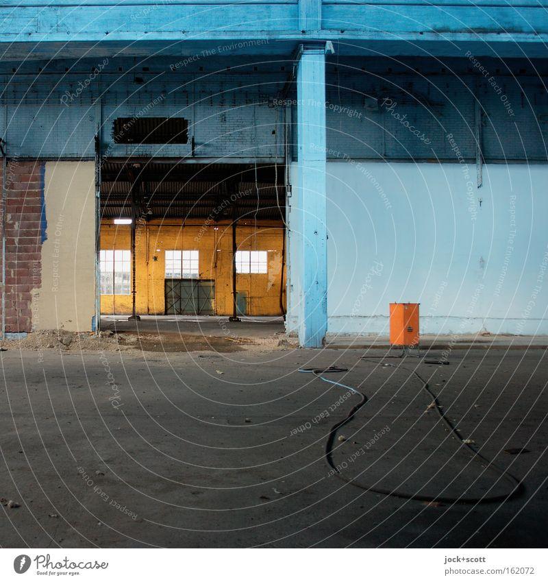 Rein gar Nichts auf Lager alt blau Farbe ruhig Ferne Fenster gelb Wand Architektur Mauer grau Stein liegen leer Beton kaputt
