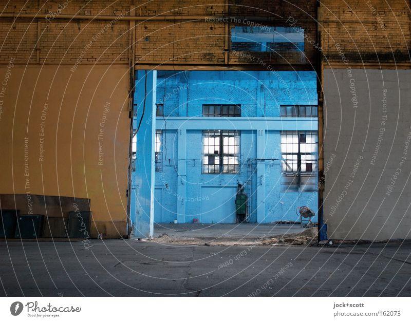 Rein gar Nichts auf Lager (andere Seite) Raum Architektur Lagerhalle Wand Fenster blau gelb Stimmung Ordnung stagnierend Halle Säule Anordnung leer Rest Öffnung