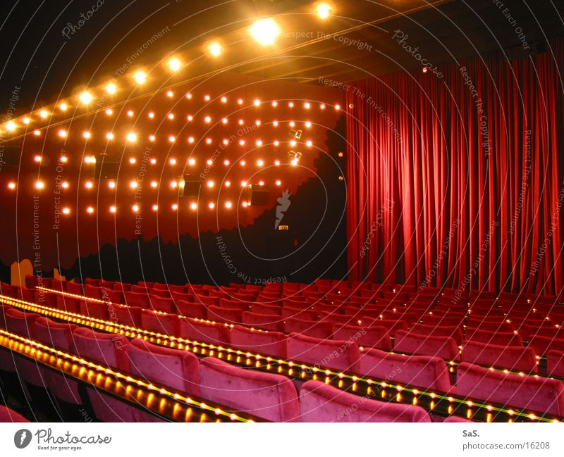 Traumpalast 2 Kino Filmindustrie Licht dunkel rot Sessel Kinosessel Kinosaal ausgehen Freizeit & Hobby Kultur Sitzreihe Vorhang Theater Kunst cinema