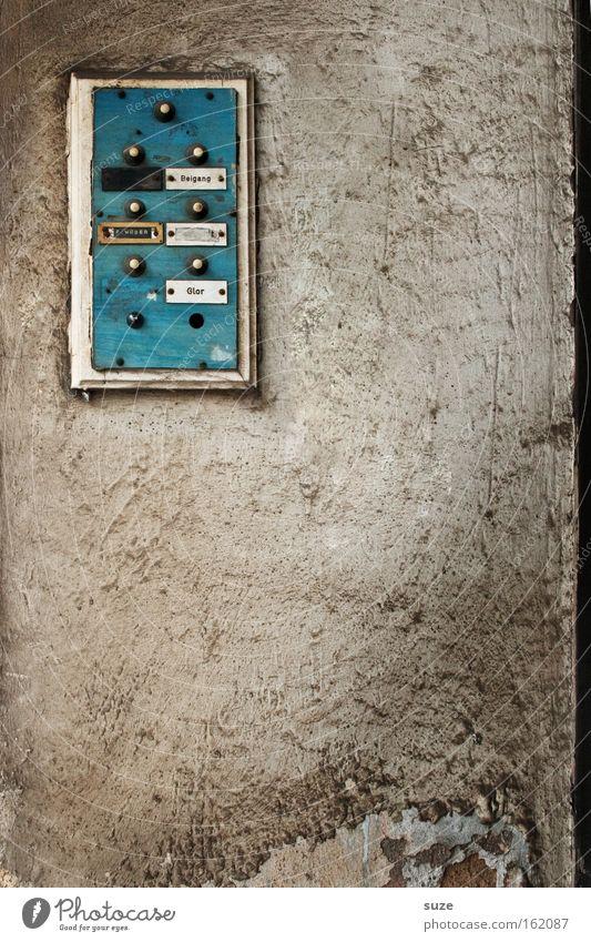 Keiner da blau alt Wand Mauer grau Fassade dreckig Häusliches Leben trist authentisch Armut einfach kaputt trocken Umzug (Wohnungswechsel) verfallen