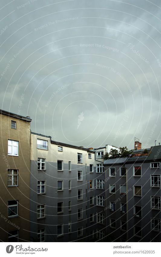 Tiefdruck über Schöneberg Altbau Fenster Fensterfront Haus Herbst Himmel hinten Rückansicht Hinterhof Innenhof Menschenleer Regen Tiefdruckgebiet Schatten