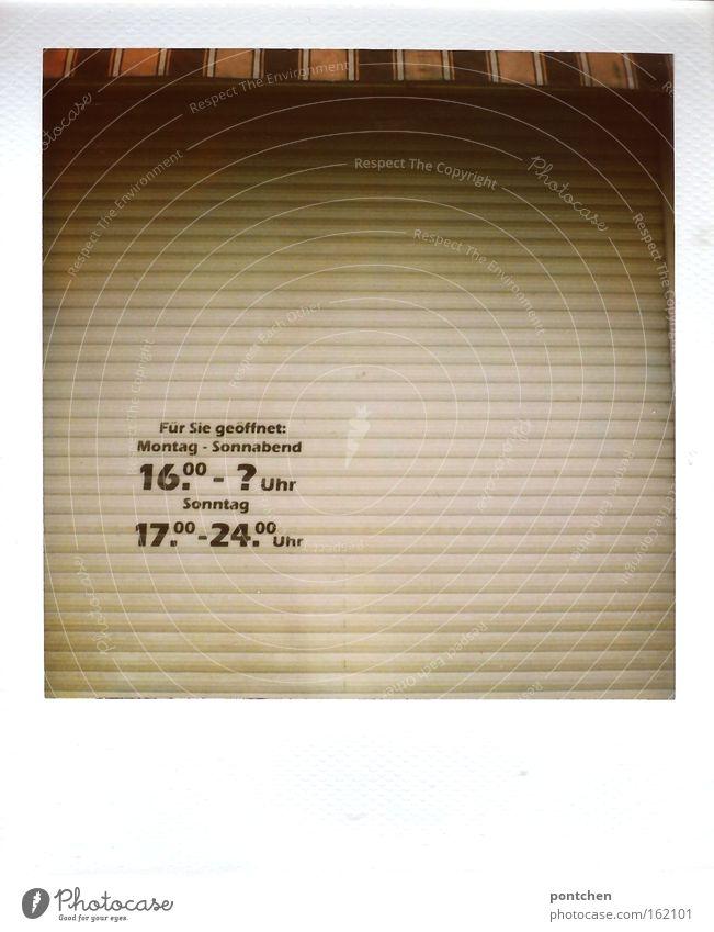 Öffnungszeiten von einem Laden Geschäft aufgedruckt auf den geschlossenen Rollladen. Markise. Zahlen Uhrzeiten Wochentage Gastronomie Ziffern & Zahlen Streifen