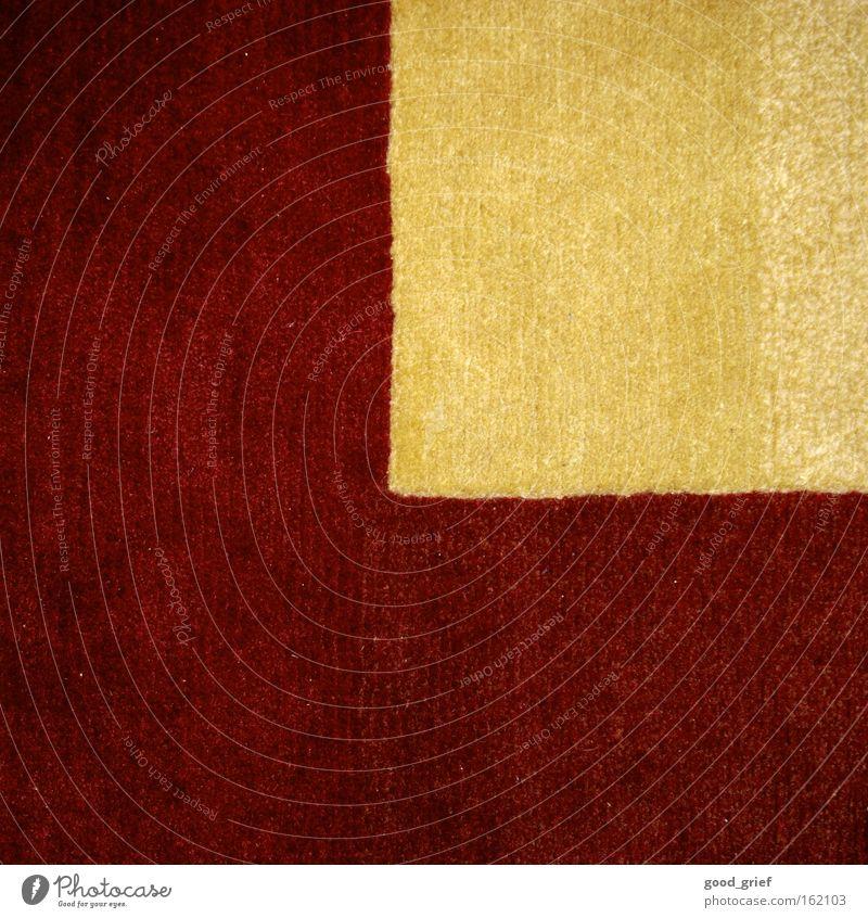 keine lust zum saugen... Teppich rot gelb Stoff Faser Wand Dekoration & Verzierung dreckig Staub Staubsaugen Ecke Bodenbelag Läufer