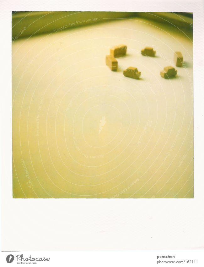 Kleine Spielzeugautos aus Holz bilden einen Kreis. Kreisverkehr Spielen Verkehr Straßenverkehr Verkehrsstau PKW fahren klein Bauklotz Miniatur Fensterbrett