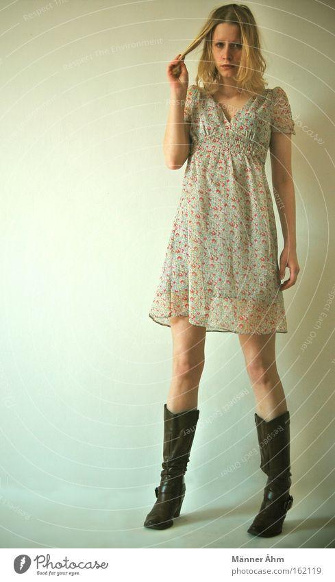 Extensions, please. Frau Kleid Bekleidung Blume Frühling Sommer Stiefel stehen schön Haare & Frisuren zwirbeln Mode