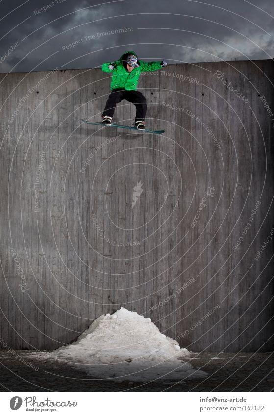 Bombdrop grün Winter Wand Sport grau springen Aktion hoch fallen Mut Snowboard extrem Snowboarding Extremsport gewagt Betonwand
