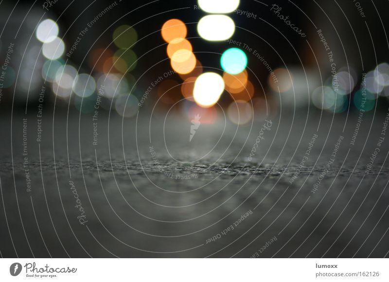 Weitsicht Verkehr Verkehrswege Straßenverkehr Straßenkreuzung liegen dunkel Stadt grau grün Surrealismus Asphalt glühen Straßenbeleuchtung parken Ampel Farbfoto