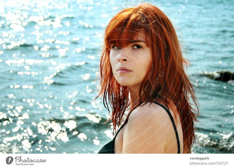 Frau Wasser Meer blau rot Sommer Gefühle Stil nass Behaarung Porträt Gewässer