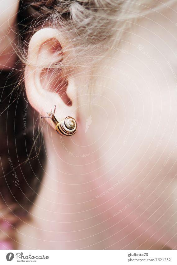 Schnecken-Ohrring Spielen Kinderspiel feminin Mädchen Kindheit 1 Mensch 8-13 Jahre Tier Sommer Garten Tierjunges Kreativität Mode Sinnesorgane skurril Freude