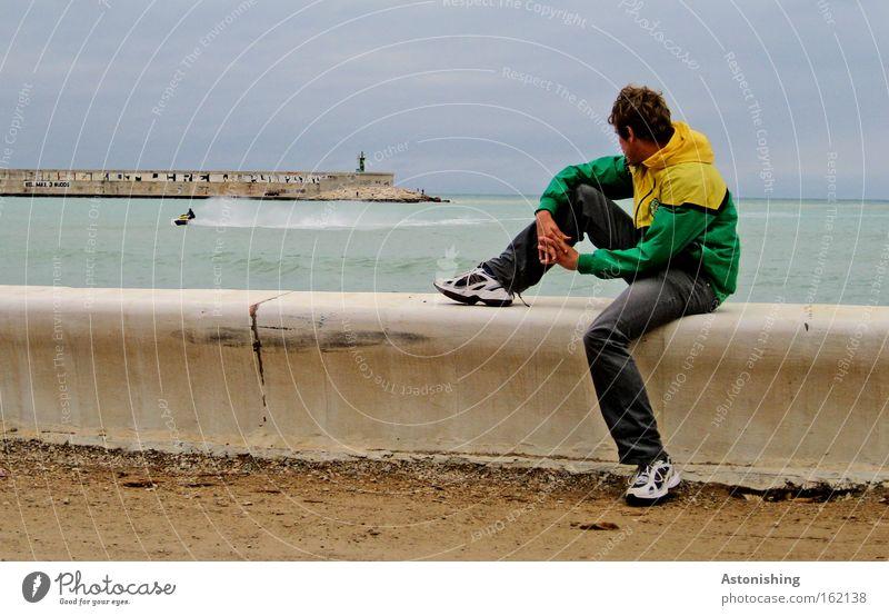 """""""schau! ein Boot!"""" Mensch Mann Wasser Himmel Meer Mauer Beine Wasserfahrzeug Wellen Wetter sitzen Spanien"""