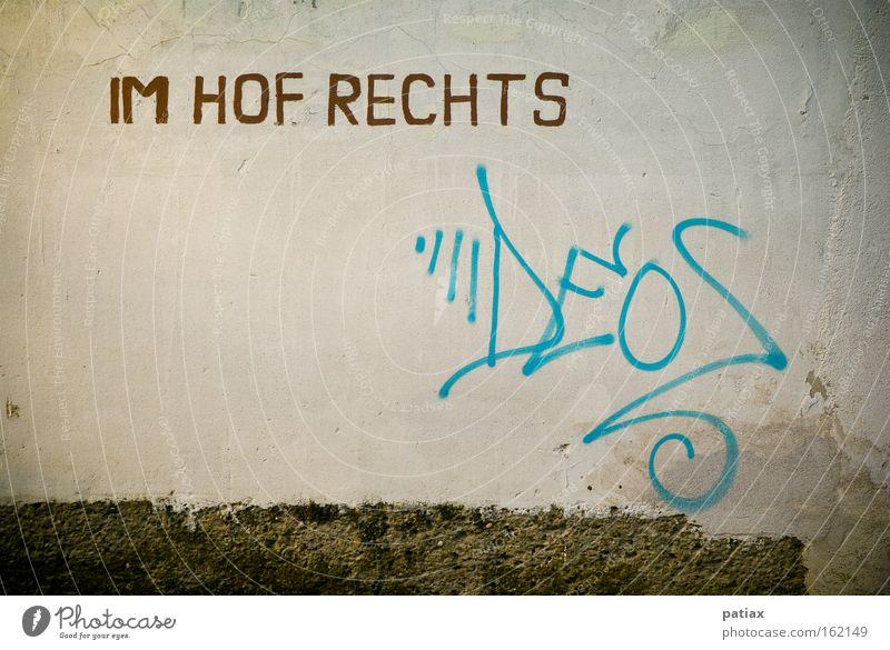 Wandschrift Graffiti Wandmalereien Wegweiser Hof Straße Unterschrift sprühen Österreich Wien Kommunizieren Schriftzeichen Wort Buchstaben Kunst Signatur