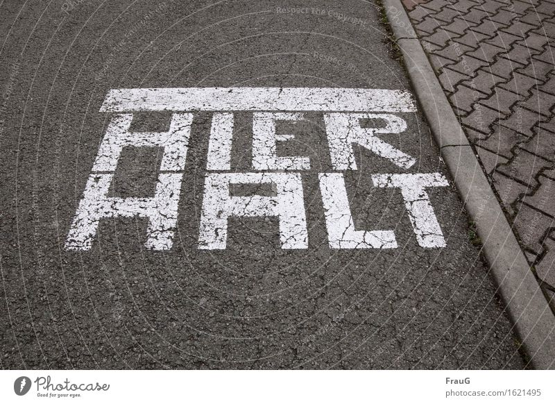 Ansage... Verkehrswege Straße Schriftzeichen Verkehrszeichen gefährlich Entschlossenheit Bordsteinkante Pflastersteine Verbote Farbstoff Asphalt Hinweis
