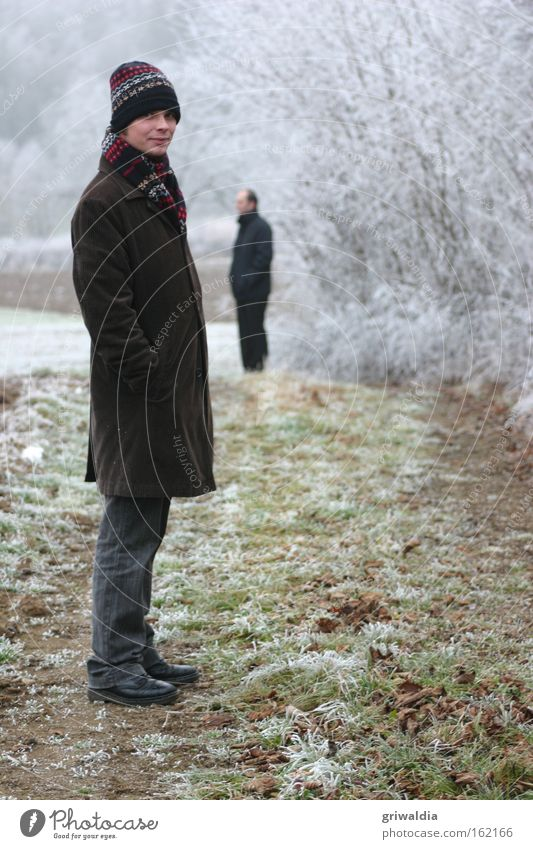 frostige Aussichten kalt Winter Bruder Freundschaft Eisblumen Raureif gefroren Schnee Mensch stehen Mantel Baseballmütze Schal Frost Wiese Mann Kappe