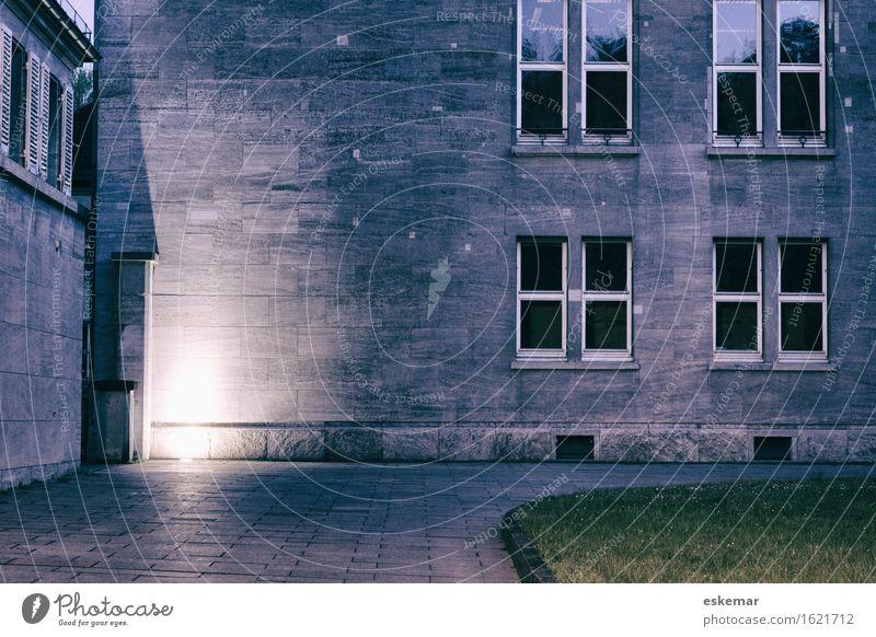 Canisius-Kolleg Berlin bei Nacht Stadt blau Haus dunkel Fenster Architektur Wand Traurigkeit Gefühle Gebäude Mauer Stimmung Fassade Platz Schulgebäude