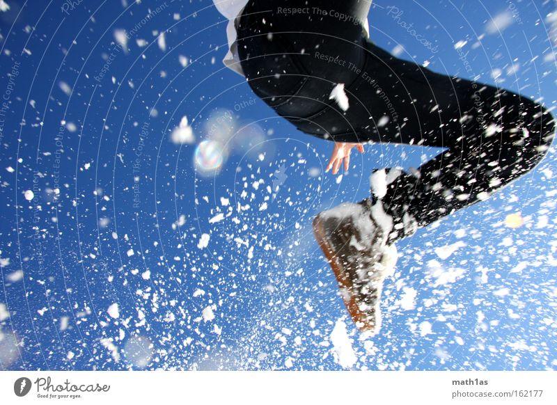blitzblau 2 Himmel Mann Hand weiß schwarz Schnee Spielen springen Schuhe fallen Hose