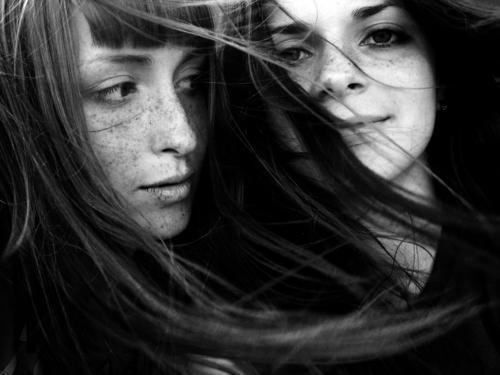 0_12 Schwarzweißfoto Porträt Frau Haare & Frisuren Wind grinsen langhaarig Gefühle bw freckles eyes youth young
