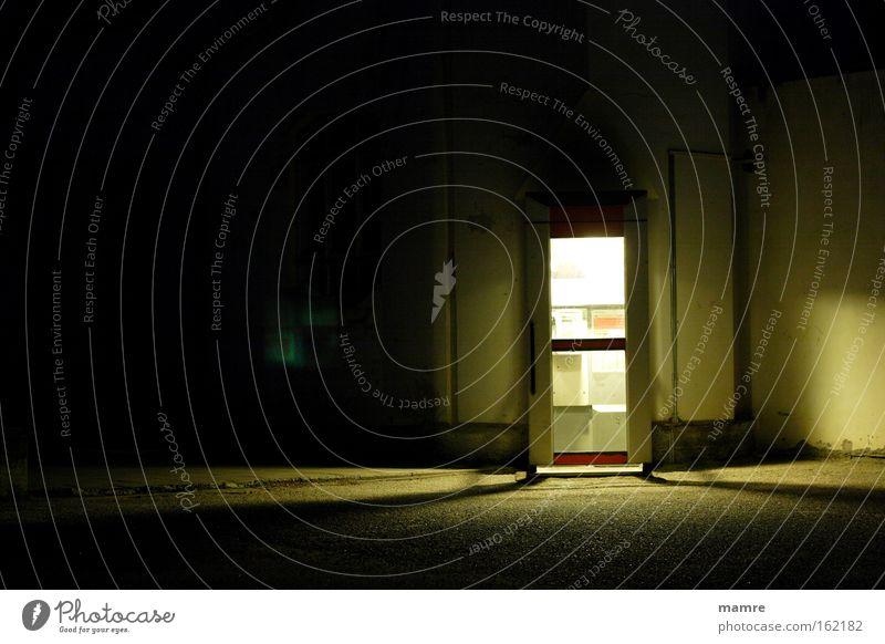 Photozelle Einsamkeit dunkel Traurigkeit Stimmung Kommunizieren verfallen finden Gefängniszelle Telefonzelle erreichbar Nachtstimmung