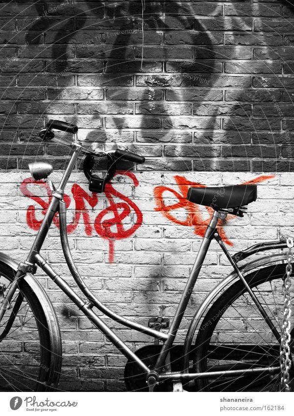 Amsterdam cliche Fahrrad Mauer Wand Graffiti Bewegung Rad Fahrradlenker Lenker Niederlande Kette Backsteinwand Schwarzweißfoto