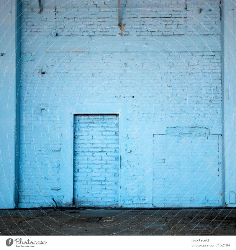 ZU (monochrom blau) Wand Backstein eckig einfach fest kalt Sicherheit Einsamkeit stagnierend Putz Rahmen Säule geschlossen Lagerhalle Halle einfarbig Abstufung