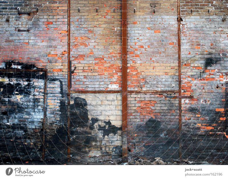 Zahn der Zeit Lichtenberg Mauer Wand Strebe Rost Backstein Linie Streifen dreckig einfach kaputt mehrfarbig rot schwarz Stimmung standhaft Schmerz Stress