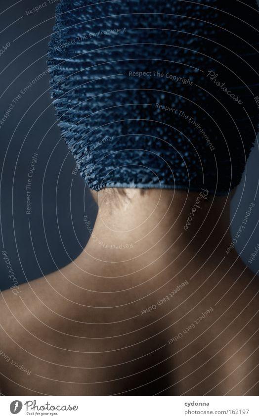 Tarnhaube Frau Mensch blau schön Spielen Bewegung Rücken elegant Haut sanft Anmut Nacken verwundbar