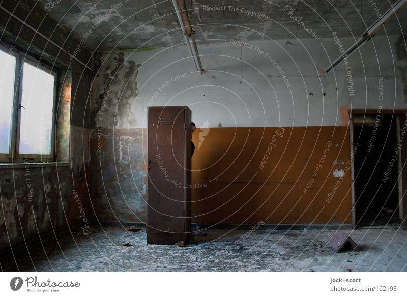 Raumlage (versteckt) Mensch alt blau Ferne Fenster schwarz Wand Gefühle Spielen Mauer grau braun Stimmung maskulin dreckig