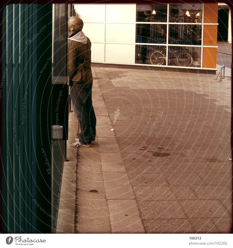 Fotonummer 116307 Zaun stehen Blick beobachten aufregend interessant aufschauend Blick nach oben geschlossen gefangen wahrnehmen Verkehrswege Außenaufnahme