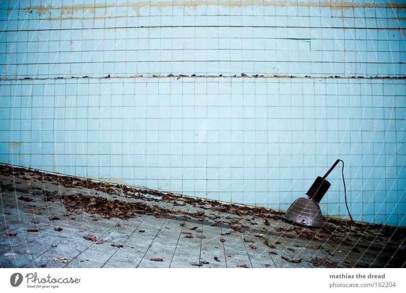 EINE SCHRÄGE Schwimmhalle Einsamkeit Schwimmbad leer ausdruckslos trist Körperhaltung dreckig Blatt Lampe Scheinwerfer Fliesen u. Kacheln blau verfallen
