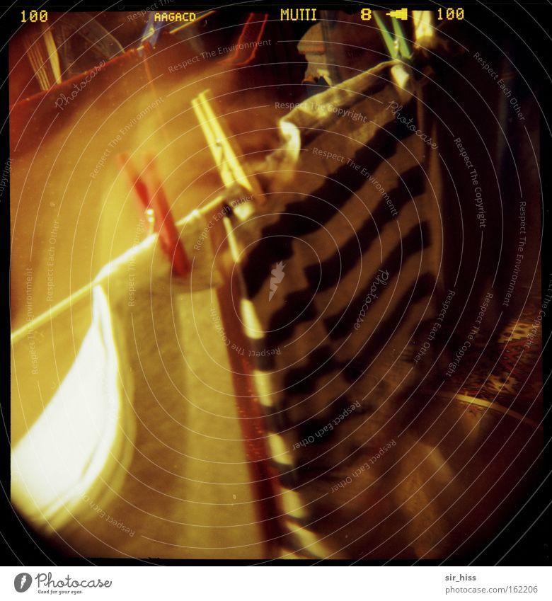 Wenn Mutti Wäsche wäscht... Dachboden Lomografie Langzeitbelichtung Klammer Boden Wäscheklammern Seil Bewegung dunkel Licht obskur Unschärfe