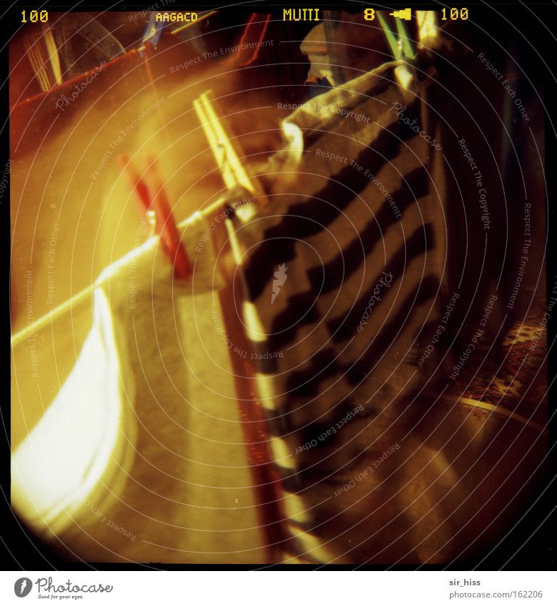 Wenn Mutti Wäsche wäscht... dunkel Bewegung Seil Boden obskur Dachboden Klammer Wäscheklammern