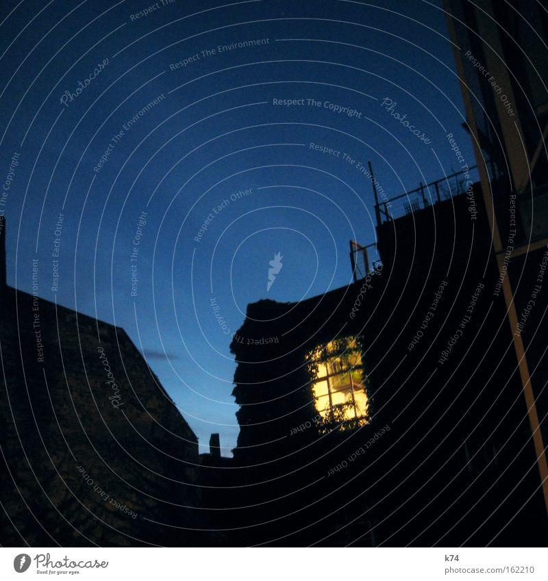 Fenster zum Hof blau träumen Wohnung schlafen gemütlich Nacht Nachbar Schlafzimmer Altbau