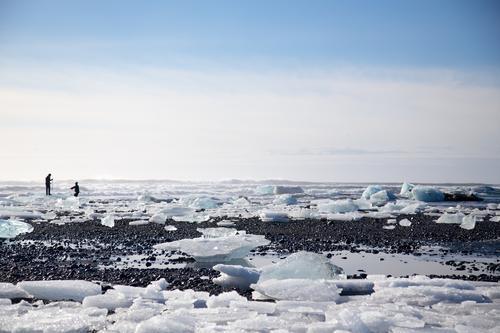 zwei. Mensch Himmel Natur Ferien & Urlaub & Reisen Landschaft Strand Ferne Winter kalt Umwelt Schnee Küste Freiheit Paar Tourismus Eis