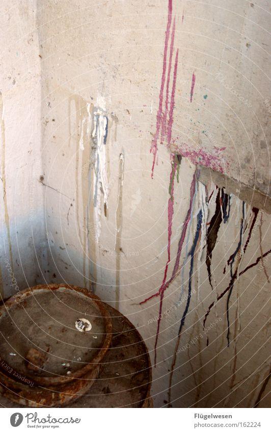 Der Vergessene Farbpott Farbe Farbstoff klecksen Anstreicher Maler Lack streichen gestrichen trocken mehrfarbig Fass Verfall brechen zerbröckelt gebrochen
