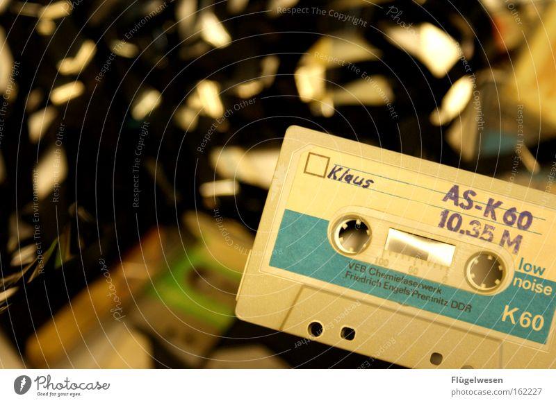 Klaus schwelgt in DDR-Kassettennostalgie beobachten Dinge Medien Tonband DDR-Flagge Musikkassette vorwärts rückwärts Windung Magnet Richtung Schwebebahn Tonung