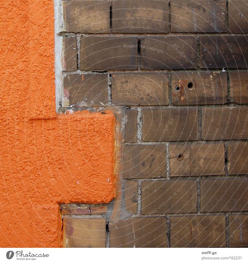 alt und neu. Bauwerk Gebäude Mauer Wand Fassade Stein Backstein außergewöhnlich eckig Stadt braun orange Backsteinfassade Putz Fassadenverkleidung