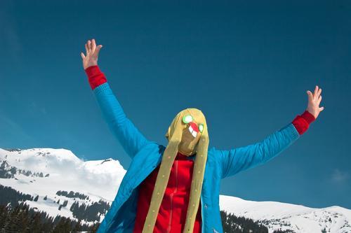ich komme in frieden Schweiz Berge u. Gebirge Schnee Maske verkleiden Ostern Osterhase Alpen lustig verrückt Strumpfhose Ohr Kunst Kultur Hase & Kaninchen