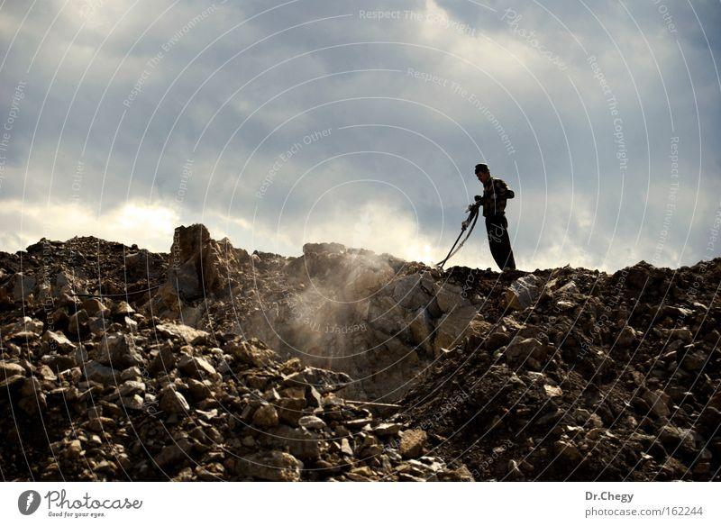 Harte Arbeit Mann Werk Stein Hügel Wolken Staub Himmel Schürfen Schleifmaschine knirschen Bohrturm Industrie Macht Arbeiter Wehen Bohrer