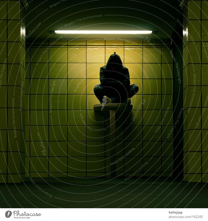 imbissdeutsch für anfänger Mann Mensch U-Bahn Tunnel sitzen hocken Tisch Theke Fliesen u. Kacheln Quadrat Lampe Neonlicht Einsamkeit dunkel Bahnhof