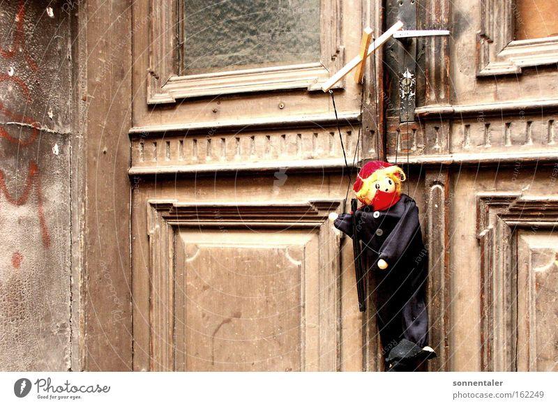 führ mich Marionette alt Spielzeug führen Tür Tor Wand Stein Holz Puppe Einsamkeit Spielen Langeweile Vergänglichkeit Schnur