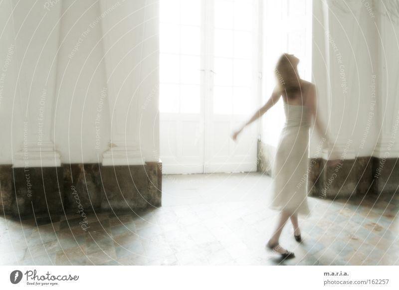 Elfentanz Frau weiß Freude Fenster Bewegung Tanzen Kunst Kleid Kultur Burg oder Schloss durchsichtig Saal Marmor