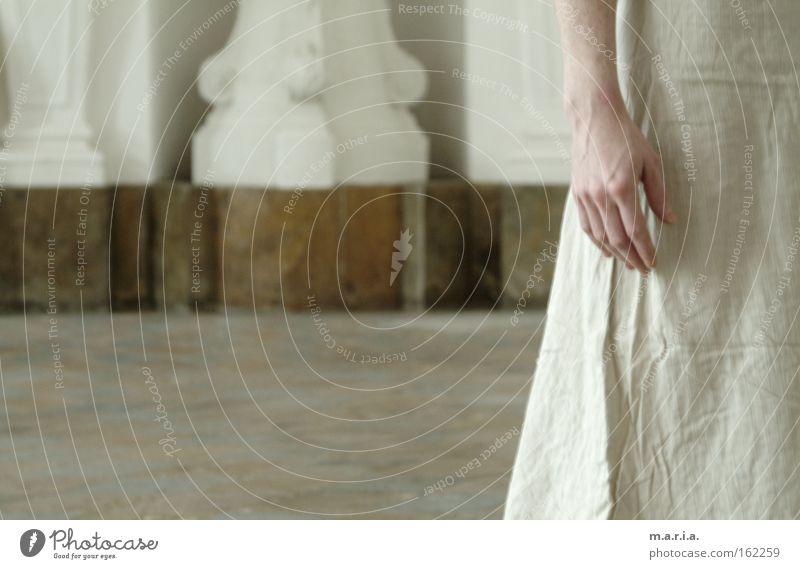 zart Frau Hand schön weiß Einsamkeit Denken Hochzeit Kleid Vergänglichkeit Raum Saal Marmor
