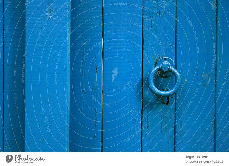 KNOCKING ON HEAVEN'S DOOR Tür Tor blau Eingang Holztür Holztor vertikal Holzbrett Empfang Detailaufnahme Sommer Himmelpforte Türklopfer Metallring 1
