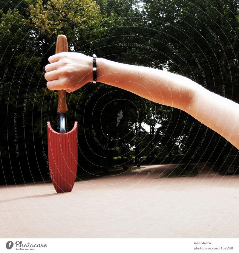 Werkzeug Schaufel Außenaufnahme Park Museum Portugal interessant groß rot grün Spaziergang Kunst Koloss Kultur Handwerk Freude optische Täschung Sommer