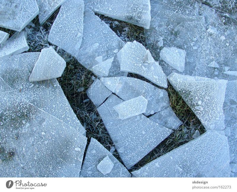 Eisscholle an Land blau Winter kalt kaputt gefroren eckig Kristallstrukturen Splitter zerspringen
