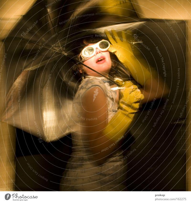 Let the sunshine in Frau schön Ferien & Urlaub & Reisen Freude lustig verrückt Show Körperhaltung Sonnenschirm Sonnenbrille attraktiv Illusion Wunschvorstellung
