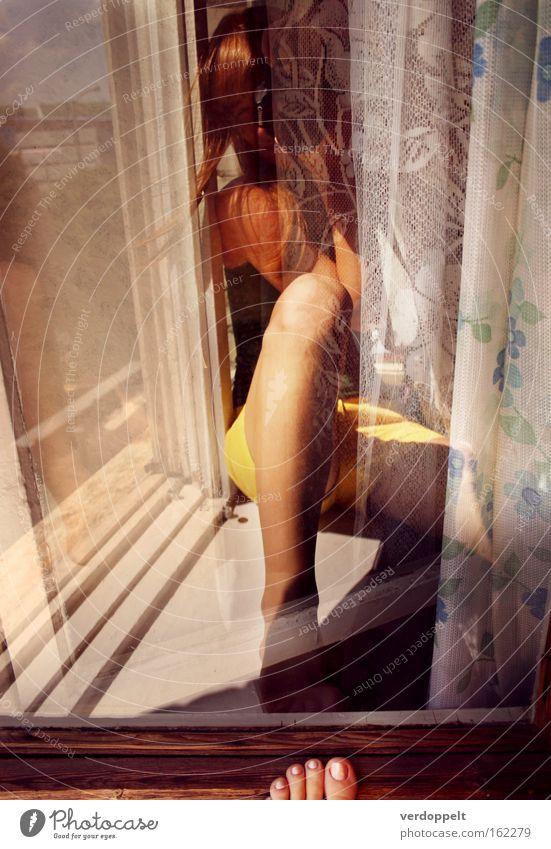 Mensch Sommer gelb Farbe Fenster Fuß Beine Behaarung Häusliches Leben Fotograf Gardine Brise Beruf