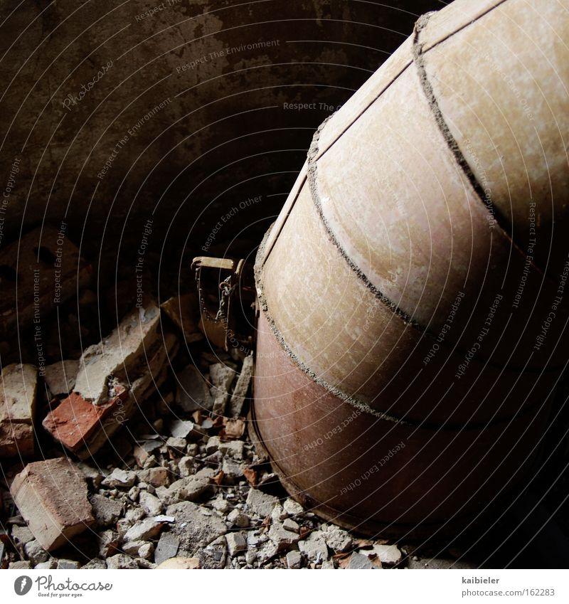 Erdwurm alt braun Metall Erde Industrie Energiewirtschaft Industriefotografie verfallen Röhren Verfall Rost Eisenrohr Ruine skurril Industrieanlage Rohrleitung