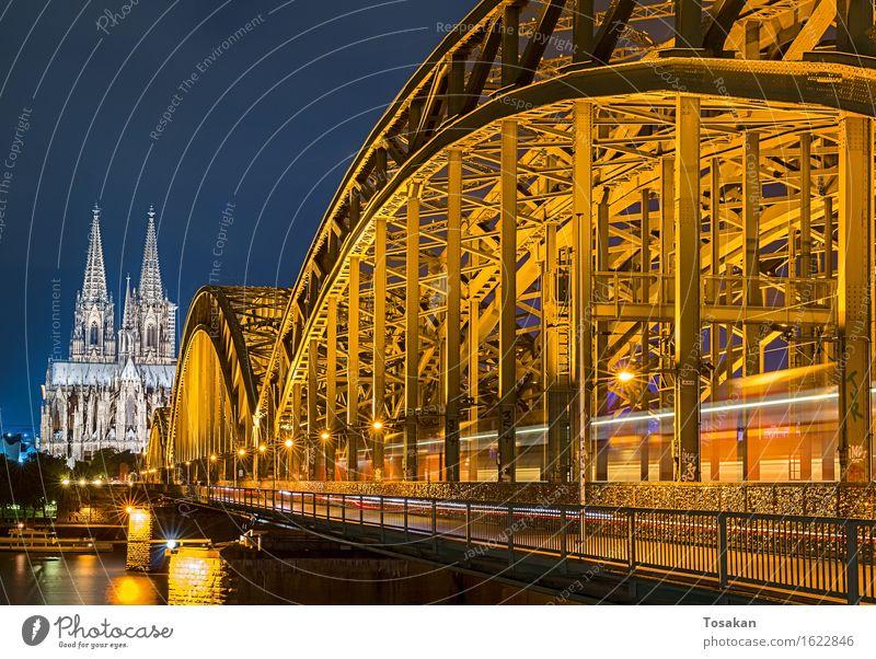 Kölner Dom mit Brücke Sehenswürdigkeit ästhetisch blau gelb Farbfoto Nacht Bewegungsunschärfe