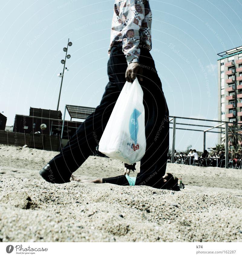 serbesaamigobiar¿ Strand Barcelona Plastiktüte Schwarzmarkt ungesetzlich kaufen Alkohol Arbeit & Erwerbstätigkeit fliegende Händler