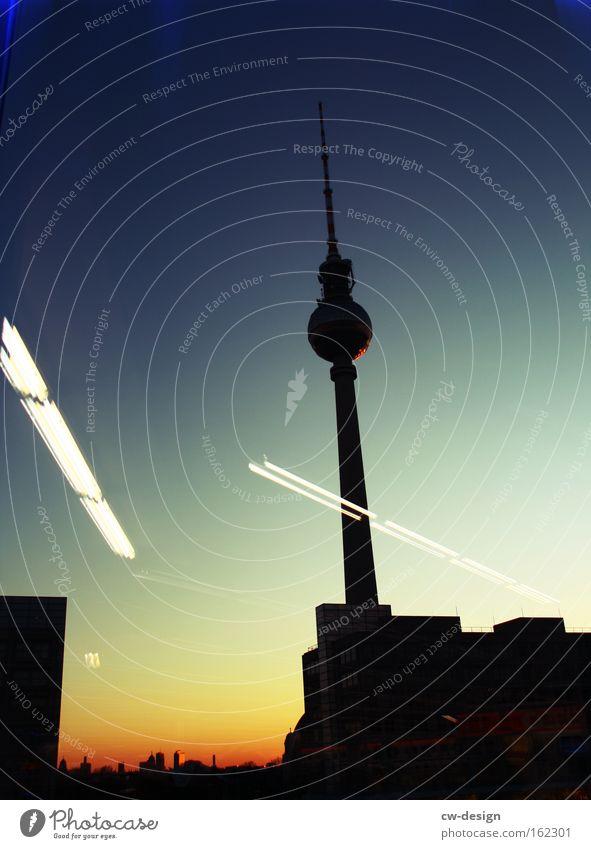Das ist nicht Berlin [Pt. I] blau schwarz Berlin Architektur Deutschland Technik & Technologie Turm dünn Idylle Denkmal Bauwerk Verkehrswege historisch Nacht Wahrzeichen